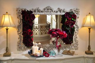 ドラマチックなクリスマスディスプレイの提案とバラやベリーを使ったクリスマスリースを制作