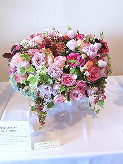 高原美枝子さんの、マカロンやワイングラスを使用した華やかな作品