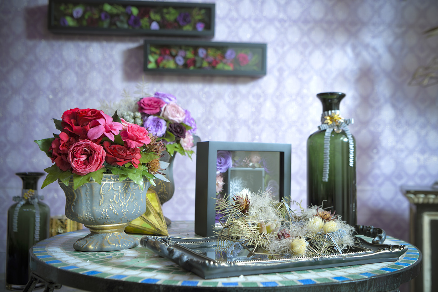 テーブル上にモロッコ風の花瓶やトレイ、その上に装飾されたフラワーアレンジメント