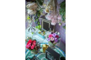 俯瞰図 天井から装飾されたブドウ、モロッコ風の花瓶に入った赤や紫の花々