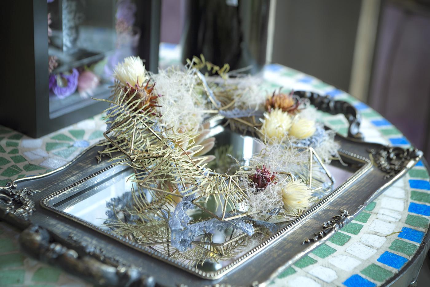 くすんだゴールド系の素材のトレイ、その上に装飾された植物