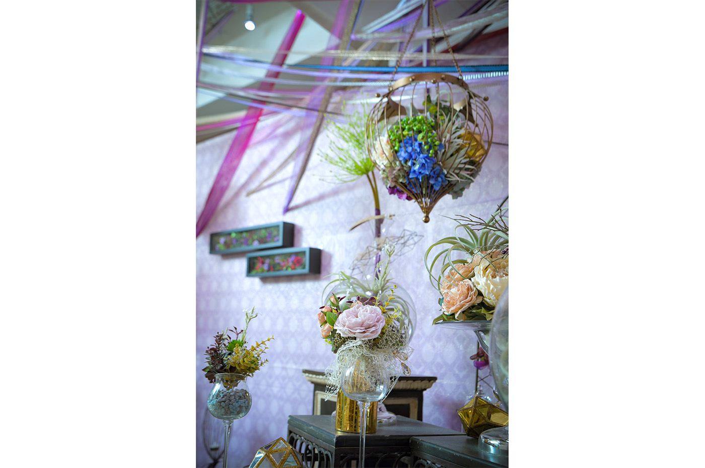 グラスに装飾された花々、天井にはリボン、タイル風の壁紙