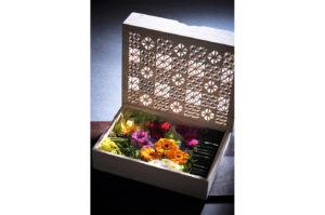 彫刻と装飾された桐箱に入ったプリザーブドフラワー