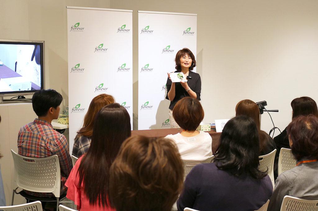 Florever新作展示会のデモンストレーションをベル・フルール講師の徳田春美が務めました。